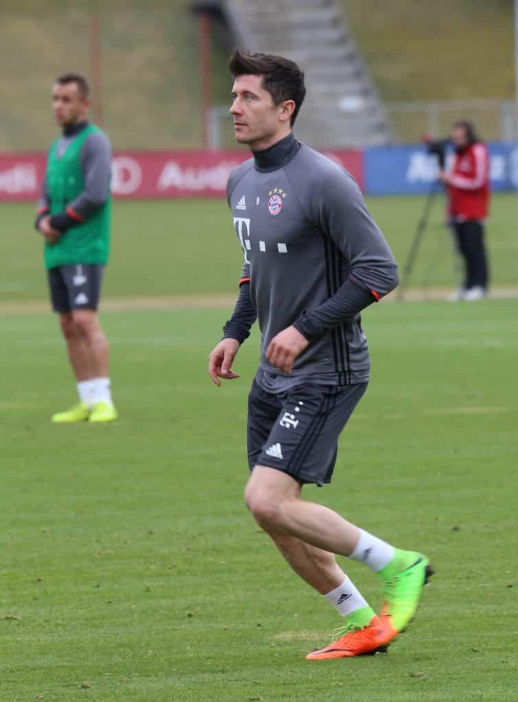 Robert_Lewandowski_Training_2017-03_FC_Bayern_Muenchen-2